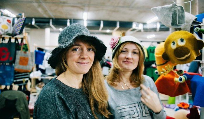 Маша и Яна создают веселые войлочные комплекты из забавных шапочек и  рукавиц. В ассортименте мастерской представлена также одежда для взрослых 66a0a8f7d80cd